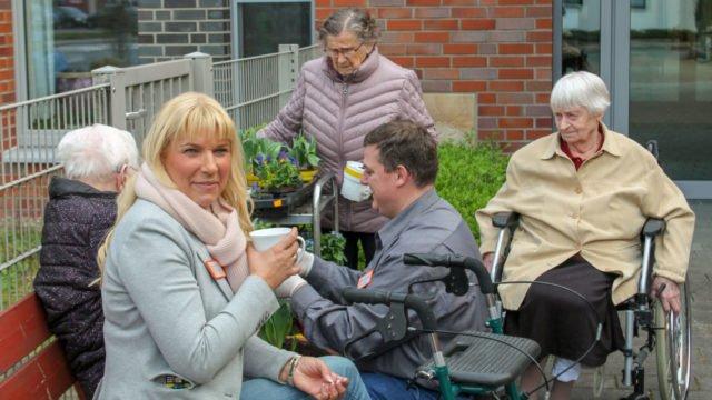Heimleiterin Astrid Thiele-Jerome (v.l.) und Pflegedienstleiter Alexander Hauffen (m.) pflanzen gemeinsam mit einigen Bewohnerinnen und Bewohnern die Hochbeete in dem großzügig angelegten Garten. (Foto: Yvonne Witzke/SMMP)