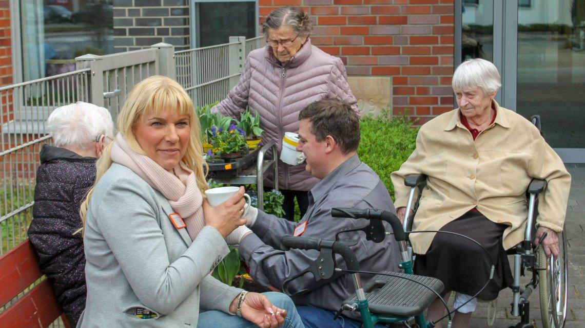 Astrid Thiele-Jerome (l.) mit Heimbewohnern beim Bepflanzen der Hochbeete im Garten. Der wurde während der Corona-Zeit im Sommer viel für Begegnungen und Freizeitangebote genutzt. Foto: Yvonne Witzke/SMMP