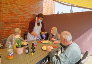 Kulinarische Extras sorgen für Ablenkung in der Corona-Zeit. So wird derzeit zum Beispiel besonders oft mit den Bewohnerinnen und Bewohnern gegrillt. (Foto: Alexander Hauffen/SMMP)