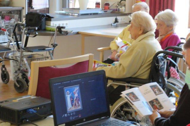 Multimedialer Einsatz im Haus St. Josef: Die Kreuzwegandacht konnten die Seniorinnen und Senioren am Laptop und über die gedruckten Hefte mitverfolgen.