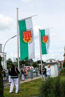 Die Schützenfahne wird vor Haus St. Josef gehisst. (Foto: Alexander Hauffen/SMMP)